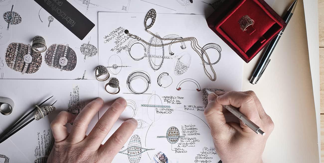 Image d'une personne qui dessine des bijoux